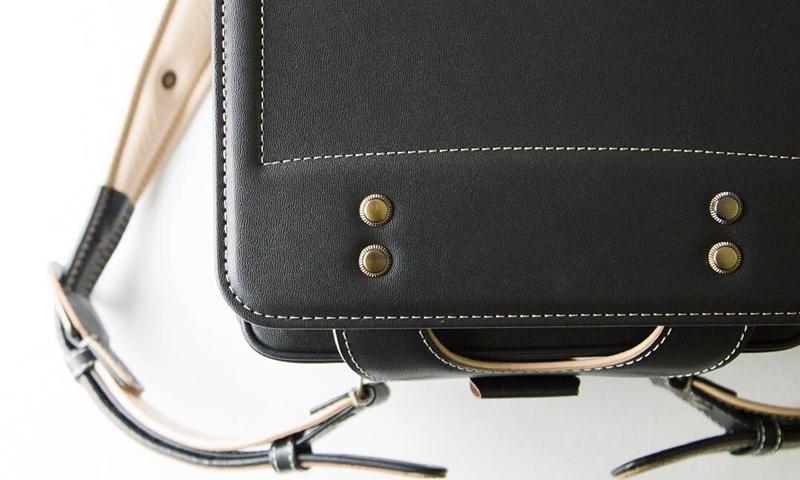 0fd636948db3 1965年創業の土屋鞄は、上質な革を使い、手縫いにこだわった高級なランドセルとして人気があります。牛革ベーシックカラーは、赤と黒、そして紺、茶色と定番の カラー ...